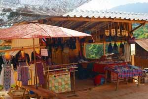 モン族の服やカバンも販売