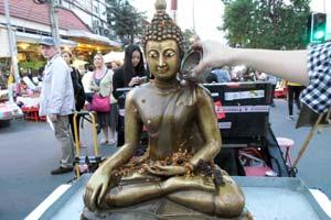 仏像に水をかける2